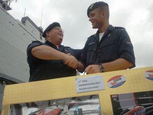 Erik Nuninga feliciteert winnaar prijsvraag 2012
