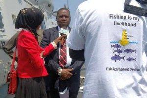 De Somalische minister van Visserij wordt geïnterviewd aan boord van de Groningen.
